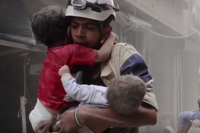 画像1: シリアの内戦で人々を救ってきた「ホワイトヘルメット」が、ノーベル平和賞にノミネートされているのをご存じだろうか。 空爆のさなかでも現場へ向かう 「ホワイトヘルメット」とは、内戦によって機能しなくなった公的機関に代わり、シリア人の救護活動に従事してきたシリア民間防衛隊のこと。 アレッポやラタキア、ホムス、イドリブなど、主に反政府勢力下にある地域で活動しており、空爆が行われている最中でも怯むことなく、爆撃された建物に飛び込んでは瓦礫に埋まった人々を救い出したり、治療を行ったりしてきたという。 また700万人も残されている住民のために情報を伝えたり、時には避難所を提供したりするなど、その献身的な活動が評価され、8月にノーベル平和賞にノミネ [...] irorio.jp