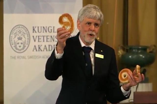 画像1: ノーベル賞選考委員が、今年のノーベル物理学賞のテーマとなった、難解な位相幾何学(トポロジー)の理論を、ロールパンやベーグルにたとえて解説している。 Member of the Nobel committee for physics explains topology using a cinnamon bun, a bagel and a pretzel https://t.co/gORO04UYam — The Nobel Prize (@NobelPrize) October 4, 2016 2016年のノーベル物理学賞のテーマ「トポロジー(位相幾何学)」 2016年のノーベル物理学賞は、エキゾチック物質の秘密を解明し [...] irorio.jp