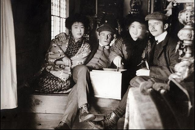 画像1: 1900年頃の日本・横浜で暮らしていたドイツ人のアルバムの中から、横浜港と周辺の街、生活する人々を写した写真が見つかりました。その数、なんと71枚にも及びます。 現在も日本三大貿易港のひとつとして活躍している横浜港は、1859年に開港。ペリー来航から6年後のことです。現在も横浜港のシンボルとして存在する赤レンガ倉庫はこれらの写真に写されている1900年頃に建てられました。 輸出品を制作する日本の職人たち 横浜が活発な当時の日本人の職人たちが外国へ輸出する織物や刺繍、金属製品などを作っている様子も写されています。 横浜に集まる外国人の様子 洋装の外国人たちが集まっている様子からも、当時いかに活発な貿易が行われていたかが伺えます。 農家 [...] irorio.jp