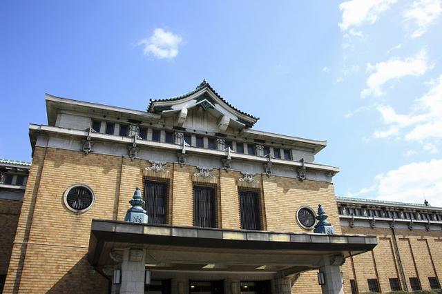 画像1: 「京都市美術館」の名称が「京都市京セラ美術館」になると発表され、物議を醸している。 「50年間の命名権」を50億円で売却 京都市は6日、京都市美術館の新たな名称が「京都市京セラ美術館」になると発表した。 命名権(ネーミングライツ)を京セラに50年間、50億円で売却。さらに、本館や大展示室、日本庭園などの施設名称も今後提案される予定だという。 整備事業費を負担してもらうため ネーミングライツ契約は、同美術館の再生事業費の一部をネーミングライツで負担してもらうためだ。 京都市美術館は2016年12月をめどに再整備事業の実施設計・工事に着手し、2019年にリニューアルオープンする予定としているが、その概算工事費は約100億円。 京都新聞に [...] irorio.jp