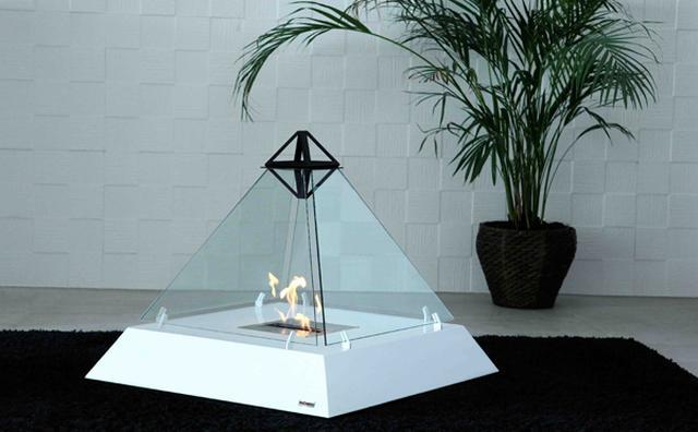 画像: うちにも置けそう!ルーブル美術館のピラミッドをほうふつとさせる暖炉がオシャレ
