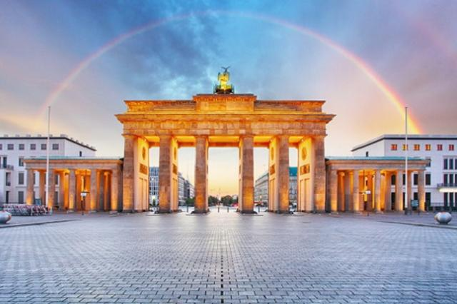 画像1: 地球温暖化を防ぐための新たな動きがドイツで起きており、話題となっている。 超党派の支援を受けた決議案 先日、ドイツ連邦議会は、2030年までに発火燃焼エンジン(ディーゼル・ガソリン自動車)を禁止するという決議案を採択した。 決議案とは議会が政府に対して要望を示すものであり、法律ではないため法的拘束力はない。 しかし今回の決議案はドイツ議会において超党派の支援を受けて成立したものであり、今後の政府の政策に大きな影響を与える可能性もあるという。 そしてもし政府が法案として提出し可決されれば、ドイツ市民は将来電気もしくは水素自動車しか購入できなくなる。 パリ会議での合意を達成させるため またこの決議案は欧州委員会に対し、EU全土においてガ [...] irorio.jp