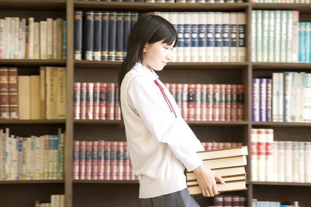 画像1: 小学校の約34%、中学校の約45%の図書館が、国が定める蔵書数の基準を満たしていないことが分かった。 図書室の現状を調査 文部科学省は13日、「2016年度学校図書館の現状調査」の結果を発表。 国が定めた蔵書数を達成している学校の割合は、小学校は66.4%、中学校は55.3%だと明らかにした。 1993年に目標を設定 文部省は1993年に「学校の図書館は生徒の知的活動を増進し、人間形成や情操を養う上で重要な役割を担っている」として、義務教育の公立学校の蔵書数の目標値を設定。 図書室を整備するための財源を、地方交付税として措置。 2012年度からは「第4次5か年計画」として、目標を達成するための費用として自治体に毎年約200億円を交付 [...] irorio.jp