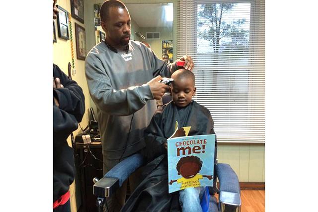 画像1: 米ミシガン州のイプシランティにある理髪店が、子どもたちのために始めたあるサービスが話題を呼んでいる。 The Fuller Cut barbershopでは、散髪をしている間、本を音読した子どもに2ドル(約200円)割引するというサービスをスタート。 全米で話題に 同店で20年間勤務する理容師のライアン・グリフィンさんが導入したこの新サービスは、家族以外に子どもたちが通う学校関係者にも好評とのこと。 また大抵の場合、返金した2ドルは子どもたちのお小遣いになることから、子どもたちも髪を切りに行くのを毎回楽しみにしているそうだ。 絵本から伝記まで 同店にある本の多くは、アフリカ系アメリカ人についてポジティブなイメージを与える作品が中心。 [...] irorio.jp