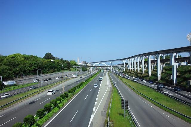 画像1: 一部の高速道路で最高速度が「時速110km」に引き上げられる。 「東北道」と「新東名」の一部区間で 警察庁が「東北自動車道」と「新東名高速道路」の下記の区間の最高速度を試験的に「時速110km」に引き上げると発表した。 「東北自動車道」 花巻南-盛岡南IC 「新東名」 新静岡-森掛川IC なお、大型貨物車は現行の時速80kmのままとなる。 早ければ来年度から 最高速度が時速110kmになるのは速度標識の設置が終わり次第で、早ければ来年度にも始まる見通しだ。 2区間で最低でも1年間、最高速度時速110kmでの施行を実施し、事故のデータや交通環境の変化などを収集する。 最高速度の見直しを議論 高速道路での普通自動車の法定速度は昭和38年 [...] irorio.jp