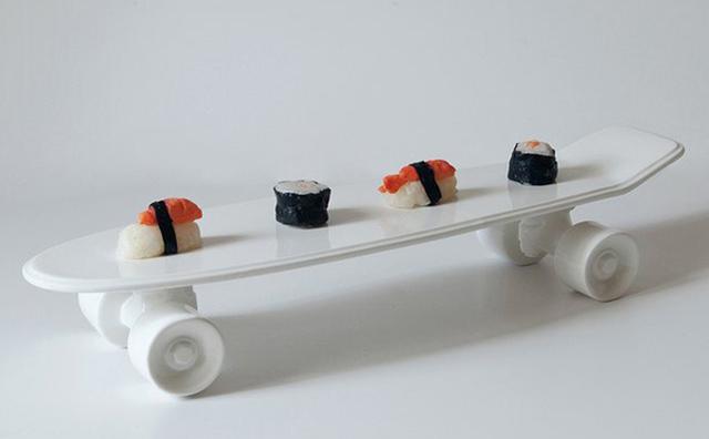 画像: つい乗って遊びたくなる!?スケートボードを模った食器がシュール