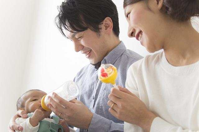 画像1: 日本でも「液体ミルク」が解禁されそうだ。 解禁に向けて検討へ 菅官房長官が17日の記者会見で、乳児用の「液体ミルク」解禁に向けた検討を進めると語った。 震災時に有用なうえ、男性の育児参加を進める上でも有効だという意見が出たという。 なぜ日本では販売されていない? 液体ミルクはお湯で溶かす必要のない液体状のミルクで、封を切ればそのまま飲める。 海外では広く普及しているが、日本では食品衛生法に基づく省令が粉ミルクの規格しか設けられていないため、国内製造も海外からの輸入も行われていない。 東日本大震災や熊本地震で活躍 日本で普及している粉ミルクは、器具の消毒や70度以上のお湯などが必要なため外出時に荷物がかさばり、災害時に水や調乳環境が不 [...] irorio.jp