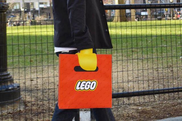 画像1: 先日、LEGO人形のカツラを真似たヘルメットが話題となったが、今回は人形の「手」に注目したアイテムをご紹介したい。 それは「LEGOバッグ」なるもので、持っていると手元がレゴ人形にしか見えないという代物だ。 ほら、このとおり。 バッグを持つ男性の手がLEGO人形に。 秘密をご覧いただこう。 バッグ(紙袋)の内側に、通常の持ち手となるひもが付いており、ここを持っても、外からは人形の手の部分しか見えない仕掛けになっている。 これは、米School of Visual Arts of New Yorkの学生である、Junho Lee、Hyun Chul Choi両氏の作品。 同スクールのサイトで公開されているのだが、閲覧数は4万件近くと、 [...] irorio.jp