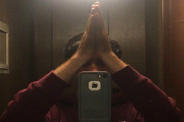 画像1: 鏡の前で両手を頭上で打ち合わせるハイタッチ姿を、落下するスマホで自撮りする「High Five Selfie」が、なぜか世界で大流行。 ブームの火付け役はアメリカの大学生 Today is the proudest day of my life. I successfully took a picture of me high fiving myself pic.twitter.com/tCZ53T5JSx — Seth Schneider (@TOSUBUCK) October 8, 2016 最初に試したのはアメリカの大学生。 「今日は人生で最高に誇らしい日。ハイタッチ姿の自撮りに成功!」 Twitterにハイタッチ [...] irorio.jp