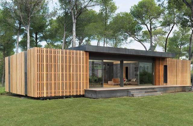 画像1: 自分で組み立てることで費用を低価格に抑えられる家具はスウェーデンのメーカー、イケアなどが有名。 その発想を家に応用したのが「ポップアップハウス」だ。 ドライバーで木製のねじをしめる 費用だけでなく建設の時間も短縮できるこの家は、ドライバーだけで組み立てることができるという。 材料は木材と高断熱のブロック、そして木製のねじだ。 断熱性が高いので暖房や冷房の費用が抑えられ、さらに環境に優しいというメリットもある。 考案したのはフランスの建築事務所。 「既存の家の構造に挑むために考案した革新的なコンセプト」だという。 フランス国内以外にも、イギリスやアメリカなどでの展開も予定しているそうだ。 外形は1から2週間で完成 土地を用意したら、デ [...] irorio.jp