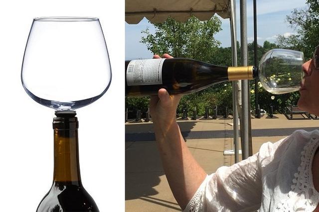画像1: お酒の楽しみ方は趣向やシチュエーションによって様々でしょう。 脚のスクリューをボトルに ゆったりとした時間の中でワインを堪能するのも素敵ですが、時には「とにかく飲みたい」というときもあるかもしれません。 そんな気持ちを満足させてくれるワイングラスがこのGuzzle Buddy。 480mlのグラスのステム(脚)の部分にスクリューがついていて、これをボトルの口にねじ込むだけ。 ボトルからいちいちグラスに注がなくてもワインが飲めます。 「パーティーで大ウケ」 購入した人たちからは「面白い!」「ギフトに最適」「パーティーで大ウケ」といった感想の他に、「ボトルを持つ腕が疲れる」といった声も。 Amazonで購入可能。 セール価格では28.9 [...] irorio.jp