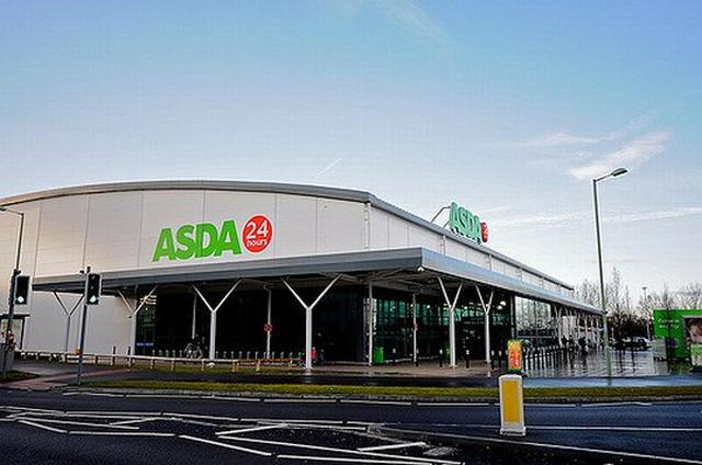 画像1: イギリスの労働裁判所は14日、男女の賃金格差を訴えていたスーパーの女性従業員に対し賃金の比較を許可し、会社を訴える権利を認める判決を下した。 これが認められるのは民間会社では初めてのケースとなる。 大手スーパーの女性従業員が立ち上がる 今回、労働裁判所に訴えていたのは、イギリスの大手スーパーマーケット「ASDA」で働く女性従業員。 彼女らは店内や配送センターなどで女性が働く場合、同じ仕事内容でも男性より低い賃金となっていると裁判所に申し立てを行っていた。 その結果、裁判所は女性労働者たちの主張を認め、彼女らにASDA内での労働を比較して訴える権利を認め、法的手続きを進める許可を与えた。 勝訴すれば過去の差額を受け取れる これにより約 [...] irorio.jp