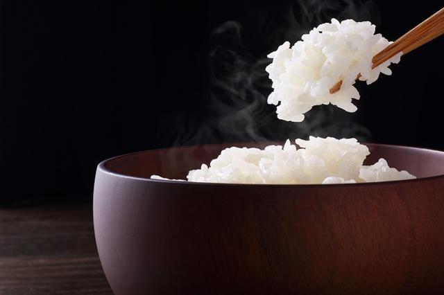 画像1: 「お米を食べて花粉症を緩和させる」という花粉症の治療法が研究されている。 11月から臨床研究がスタート 朝日新聞は25日、大阪府立呼吸器・アレルギー医療センターが11月から、「スギ花粉の成分を含んだ特殊なコメを食べて花粉症の治療につなげる臨床研究」を始めると報じた。 花粉症の人10人におよそ1年間、特殊なコメ5グラムを普通のコメに混ぜて毎日食べてもらい、抗体の量を検査。 また、普通のコメと特殊なコメの割合を変えて効き目を比較する臨床研究も約半年間行うという。 スギ花粉症患者が10年間で10%増 日本では花粉症患者が年々増え続けており、2008年の調査によると日本人の約29.8%が何らかの花粉症を持っている。 スギ花粉症の患者数は、1 [...] irorio.jp