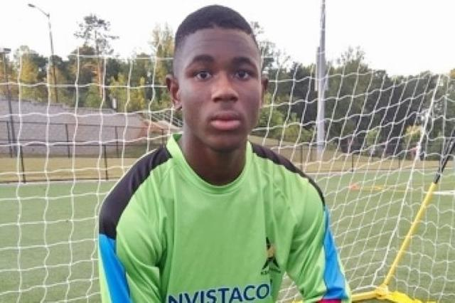 画像1: 意識不明になったアメリカ人の少年が回復後に、話せなかったスペイン語で流暢にコミュニケーションがとれるようになり、話題となっている。 サッカーで頭部を蹴られ意識不明 その少年とは、ジョージア州のグイネット郡に住む高校2年のReuben Nsemoh君(16)。 彼は最近行われたサッカーの遠征試合でキーパーを務めていたが、ゴール前の競り合いで他のプレーヤーから頭部を蹴られてしまう。 コーチのBruno Kalonjiさんによれば、倒れたNsemoh君はその後数回呼吸が止まり、何度か吐き続けたという。 そして救急車が到着するまで激しい発作に襲われた後、Atlanta Medical Centerに運ばれ3日間も昏睡状態に陥ってしまったそう [...] irorio.jp