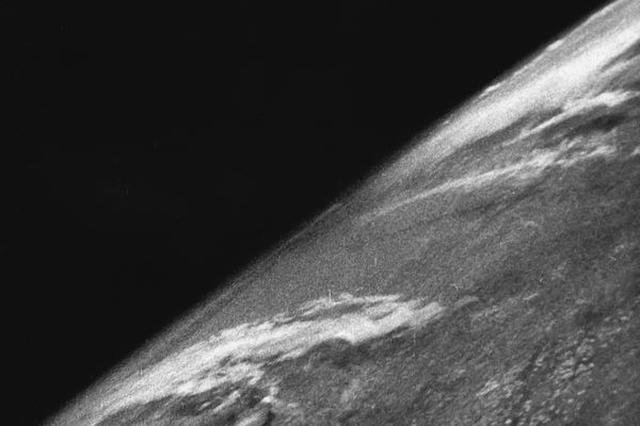 画像1: 宇宙から地球を観測する道を開いた、旧ソ連製の人工衛星「スプートニク」。 しかしこれよりも前にドイツのロケットを使い、宇宙から地球の撮影に成功していたのをご存知だろうか。 戦争後ロケットをアメリカが接収 そのロケットとはナチス・ドイツが第2次世界大戦中に開発した「V2ロケット」だ。 これはヒトラーの命令で作られた弾道ミサイルで、実際イギリスやベルギーなどの周辺国に向けて発射され、被害をもたらしていた。 しかしドイツが降伏後、アメリカはそのロケットを接収。 設計者のアマチュア研究家、ヴェルナー・フォン・ブラウンとともに「V2」の部品をニューメキシコ州にあるホワイトサンズ・ミサイル実験場へ運搬し、数々のテストを繰り返してきたという。 宇宙 [...] irorio.jp