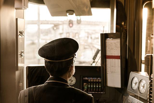 画像1: 伊豆箱根鉄道がふるさと納税の返礼品として企画した「いずっぱこ電車操縦体験会」を開催し、話題となっている。 電車ファン大満足の内容 これは22日に納税者を対象に開かれたもので、参加者は伊豆箱根鉄道の制帽と制服に身を包み、車両を実際に操縦。 さらに車掌体験も行い、「次は○○」とアナウンス。これまで一般人がこのような体験をする機会はほとんどなく、テレビ番組でタモリや原田芳雄などの芸能人が楽しそうに体験する様子をみているだけだった。 それだけに参加者の満足度は高かった模様。また、報道をきっかけに「私もやりたい」という人が増加し、納税額がアップする可能性もある。 体験型返礼も増加中 ふるさと納税の返礼品と聞くと、その土地の特産品を連想するだろ [...] irorio.jp