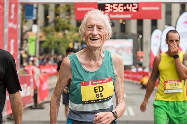 画像1: カナダ・トロントで行われたフルマラソンで、85歳のランナーが4時間を切り世界記録を更新した。 The sensational Ed Whitlock annihilates another world record, running 3:56:38 as an 85 year old!! #STWM pic.twitter.com/nHVZwD79b2 — CanadaRunningSeries (@RunCRS) October 16, 2016 85歳以上のカテゴリーで世界記録更新 折り返し地点では「どうやって完走できるか不安だった」Ed Whitlockさんだが、3時間56分33.2秒の記録でゴールイン。 85歳以 [...] irorio.jp