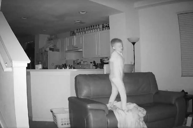 画像1: 監視カメラの映像をチェックしていたパパが、そこに撮影されていた子どもの実態にびっくり仰天! 夜中の2時に跳梁する白い影 米国・フロリダ在住のCody Wrayさんは、監視カメラの映像に目を疑った。 夜中の2時に、突如として居間に出現した白い影。 走り回っているのは、わが息子Dylanではないか。 買ったばかりのソファの上で飛び跳ね、パンチを見舞い、側転を披露し、電気を点けたり消したり、完全な自由を満喫する姿が、そこにはあった。 Facebookの動画再生63万回 親が寝静まっている間の我が子の実態を、思いがけず目の当たりにしたCodyさん。 「ときどき夜中の2時ごろ目が覚める」と話していた息子の言葉は、冗談だと思っていた。 Dyla [...] irorio.jp