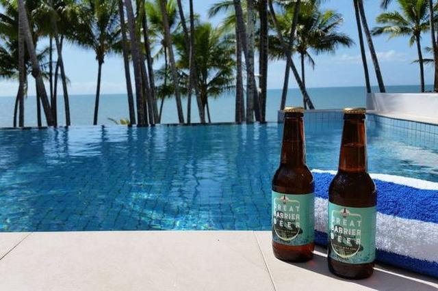 画像1: 美しいサンゴ礁が広がるオーストラリアの「グレート・バリア・リーフ」。 危機に陥ったこのエリアを救うため、ある企業がユニークな取り組みを行い、注目されている。 売上の50%を保護団体に寄付 その企業とは「The Good Beer Company」。クイーンズランド州にあるビールメーカーで、地元の農産物を使い環境に優しい方法でクラフトビールを作っているという。 しかも「グレート・バリア・リーフ」を救うためビールの売上の50%を、サンゴ礁の保護に長く関わってきた団体「Australian Marine Conservation Society」に寄付。 つまり消費者がビールを飲めば、それだけ保護活動が推進されるというわけだ。 この会社の [...] irorio.jp