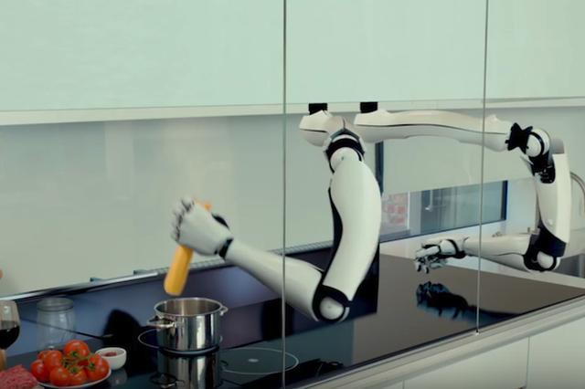 画像1: これはキッチン設備の最終形といえるだろう。米国のロボット開発会社「Moley Robotics」は、世界のトップシェフの料理法を再現して100以上の料理を作れるという、AIロボットシェフを開発した。市販開始は2018年の予定。 設備と一体化したシェフの腕 それはロボットといっても、2本の腕しかない。キッチン設備と一体化されており、調理台の奥から腕が生えているように見える。 だが、内蔵されたAIには、世界のトップシェフの手の動きがそのまま記憶されており、包丁さばきや火加減、混ぜ加減などを全て再現できるのだ。 ユーザーは、スマホやタブレットからメニューを選び、それに必要な材料を用意して調理台に置けばいい。あとはロボットが、調理だけでなく [...] irorio.jp