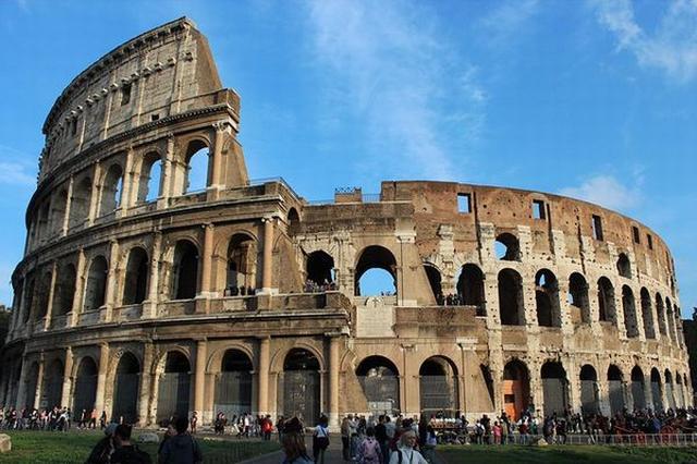 画像1: 10月30日にイタリアの中心部を襲ったマグニチュード6.5の地震。 これにより多くの建物が損壊したが、イタリアで最も有名な建造物にまで被害を及ぼしたと言われている。 「ひび割れが増え続けている」 その建造物とは、首都ローマにある世界最大の円形闘技場「コロッセウム」。 ここは数千年の歳月のせいで壁などにすでにひびが入っていたのだが、先日起きた30年で最悪と呼ばれる地震によって、さらに厄介なひび割れが加わったという。 特別管理人のFrancesco Prosperetti氏は地元紙の取材に対し「一連の地震は2000年の歴史を持つ闘技場を、より危険な緊張状態に置いています。そして今回の地震により、ひび割れが増え続けています」と懸念を示して [...] irorio.jp