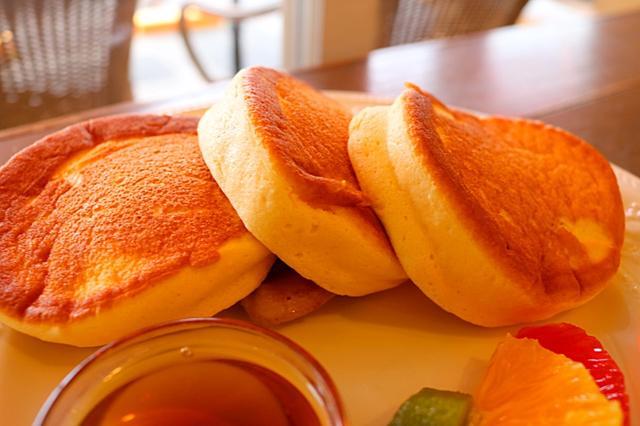 画像1: 千葉県成田市に、2014年関東近郊主要15沿線B級グルメ(テレビ東京・ありえへん∞世界)で第1位にに輝いた、メニュー名「日本一美味しいパンケーキ」を提供するお店「美菜ダイニング・NICO」があります。 パンケーキ以外にも、お肉・お魚を使わず、玄米・お野菜・豆腐の「アイチエイジング料理」と「ヘルシースイーツ」が女性に大人気!開店から行列ができる人気店となっています。 グランプリを獲得したパンケーキは、口に入れた時のとろける食感が大人気で、土日祝日は提供までに1時間~2時間かかることもあるそうです。 今回はB級グルメ第1位に輝いた、とろける食感のパンケーキ食べにお店に潜入してきました。 「美菜ダイニングNICO」は公津の杜 [...] irorio.jp