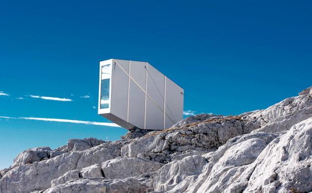 """画像: 標高2500メートル!アルプス山脈のど真ん中に建つ""""山小屋""""がスリル満点"""