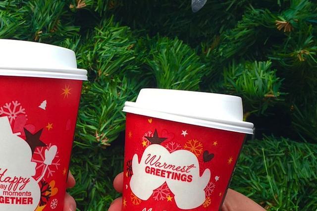 画像1: マクドナルドの今年のクリスマスカップ。赤地に描かれた白いシルエットが「お尻に見える」と、欧米のネットユーザーたちが話題にしている。 ミトンの手袋の絵柄が 問題のカップに描かれているのは、ミトンの手袋だ。手袋をはめた両手が何かを包み込むように配置され、「Warmest greetings」と書かれている。「温かい飲み物で、暖かいクリスマスを」といった気持が込められているのだろう。下にあるのがそのオリジナルのカップ。 @Veronica @ryan @ziyatong surprisingly hard to find a photo of the original cup, but here you go pic.twitter.co [...] irorio.jp