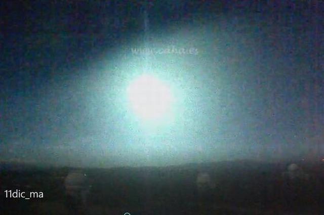 画像1: 先日、スペインの上空で巨大な火の玉のような流星(火球)が目撃され、話題となっている。 爆発音が響き、地面を揺らす その流星が目撃されたのは、スペイン南部のアンダルシア地方にあるグラナダやCosta del Solなど。 流星は12月11日の午後10時25分頃(現地時間)に落下。まばゆい光を放ちながら、大きな爆発音を響かせながら上空を通過し、消えていったとされている。 また目撃者によれば、落下した当時はドシンという激しい音とともに窓ががたがたと鳴り、地面も僅かに揺れたという。 そのためAlboloteや Peligros という町に住んでいる人の多くは、地震が起きたと考えていたようだ。 地表に衝突した可能性もある この流星が落下した様 [...] irorio.jp