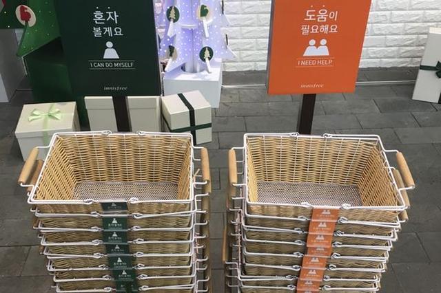 画像1: 買い物の際、店で店員にあれこれ質問したり、相談にのってもらったりしたい人がいる一方で、絶対に話しかけてもらいたくないという人もいる。 後者の場合、いくら「話しかけないでオーラ」を出しても、店員にその気持ちが伝わるとは限らない。 しかし、韓国の化粧品店が考えたこのアイデアなら、客の方は意思表示がばっちり、店員の方も相手の思いをはかり間違えることはない。 「賢い!」と世界中から称賛の声があがっている手法がこちら。 左側に積み重ねられた緑色のかごは「お構いなく」、つまり話しかけてもらいたくない客用のもの。 右側のオレンジ色のかごは「助けてほしい」人用で、店員のアドバイスを必要としている人が使用する。 これはRedditに投稿された写真で、 [...] irorio.jp