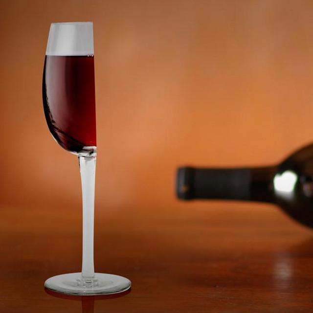 画像1: クリスマスや忘年会などパーティーの機会が増えるこのシーズン。 自宅に人を招くことになれば、ワイングラスの出番も多いだろう。 ワインを注ぐ際、人によっては「あ、半分で結構です」という場合もあるかもしれない。 そんなときのために、秀逸なグラスが登場した。 まさに真っ二つ 「ハッピー・ハーフ・ワイングラス」だ。 「半分」って、そういう意味...? ガラス製で、容量は約200ml。 オンラインショップのTheFowndryやAmazonなどで販売中。 棚のスペース節約にも ショップの説明によると、テーブルの上や棚にしまう際のスペースの節約になるとのこと。 購入した人からは「思ったよりがっしりしていたけど、でもよかった」という感想も。 2つ合わせ [...] irorio.jp