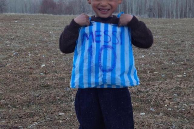 画像1: ゴミになるようなビニール袋で作ったシャツを着た、アフガニスタンのサッカー少年が、以前からネットで話題になっていた。その彼のもとに、あこがれのスター選手、リオネル・メッシが訪れた。 メッシのユニフォームを真似て IRORIOでも記事として取り上げたアフガニスタンのMurtaza Ahmadi君(5才)。内戦が続くアフガニスタンで苦しい生活を送る中、あこがれのメッシ選手が着ているユニフォームを真似たシャツをビニール袋で作り、それを着てサッカーの練習をしていた。 その写真がSNSに投稿され、拡散し、英国BBC放送を始めとしたメジャーなメディアが取り上げるほどの話題になったのだ。 Young Lionel Messi fan wearing [...] irorio.jp