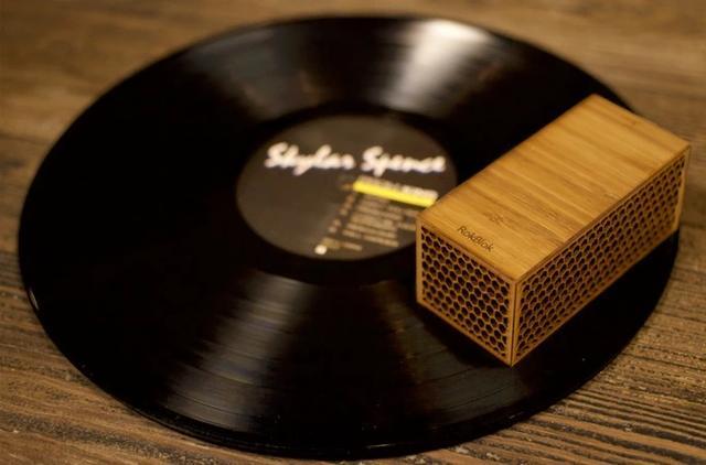 画像1: 今、世界中でアナログレコードの売り上げが伸びているそうだ。 それに伴い、レコードプレーヤーも高音質のもの、コンパクトなものなど様々な商品が出現している。 レコード盤の上を回って再生 そんな中でも「この発想はなかった」と思えるのがこちら。 レコード盤を置くのではなく、レコード盤の上に置いて再生するワイヤレスプレイヤー「RokBlok」だ。 プラレールを彷彿させる四角い物体がレコード盤の上をグルグル回り、音を出す。 サンフランシスコのデザイン会社「Pink Donut」が開発し、KICKSTASRTERで出資を募っている。 残り46日を残して、5万ドル(約550万円)の目標を大きく上回る8万5,000ドル(約1000万円)の出資が集まる [...] irorio.jp