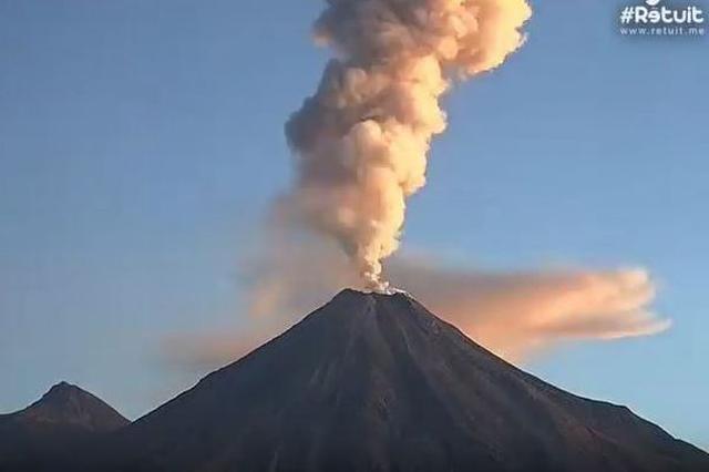 画像1: わずか一晩の間に何回も噴火を繰り返す火山の映像が撮影され、話題となっている。 観測用のウェブカメラが捉える その火山とはメキシコの南西部にあるColima山。標高約3820mで、アメリカ大陸を含む西半球の中でも、最も活発な火山として知られている。 この映像が撮影されたのは12月9日から10日の間。観測用に設置されたWebcams De Mexicoのカメラが、その様子を捉えていた。 確かに映像を見ると何度も噴火を繰り返し、時には光り輝く溶岩をあたりに撒き散らす姿が捉えられ、非常に恐ろしい。 結局、この日は一晩に4回も爆発したとされている。 住人が立ち退きを余儀なくされる この火山はメキシコシティの西、約690kmにあるとされ、この日 [...] irorio.jp