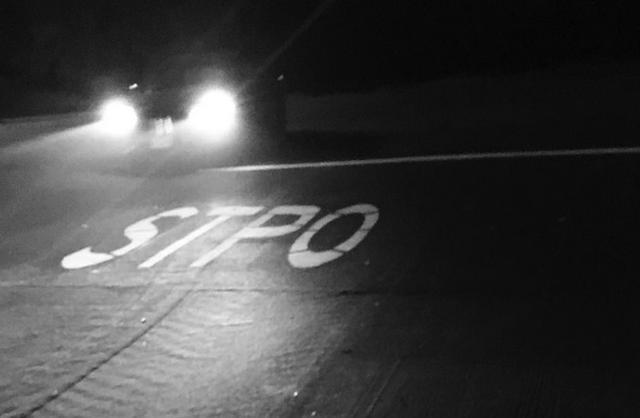 画像1: 交通標識や路上の交通表示は、普通、人の注意を引くようにつくられているもの。ところが、米国カリフォルニア州チノ・ヒルズの交差点には、別の意味で人目を引く路上表示が出現した。 A photo posted by Erin-Mical (@ern_mcl) on Dec 13, 2016 at 8:51pm PST 1.8m×1.8mの巨大なミス 路上に交通表示をペイントする作業員が、STOPと描くべきところを「STPO」と描いてしまった。 縦6フィート(約1.8m)×横6フィート(約1.8m)の巨大なスペリングミスは、ソーシャルメディアの話題となっただけでなく、ABCニュースやCBCニュース、FOXニュースなど米国のメジャーメディアも面 [...] irorio.jp