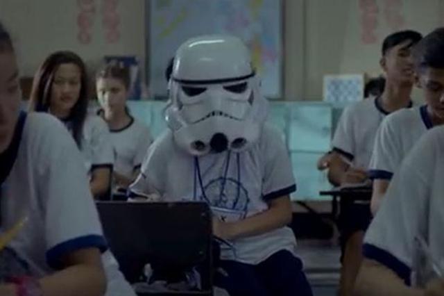 画像1: まもなくスターウォーズ「Rogue One」が公開されるが、それをテーマにしたCMが話題となっている。 常にヘルメットをかぶり過ごす少女 そのCMのタイトルは「#CreateCourage – Rogue One: A Star Wars Story」。フィリピンの電話会社「Globe and Disney Southeast Asia」によって発表された。 CMにはまず、ストームトルーパーのヘルメットをかぶった少女が登場。 彼女は常にキャリーバッグを引きずっており、街でも学校でもヘルメットをかぶったまま過ごし、街の人や同級生からも冷ややかな視線を浴びていた。 そんな少女のそばには常に兄が寄り添い、同じようなマスクをかぶ [...] irorio.jp