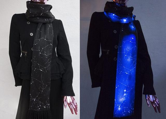 画像1: この季節、だんだん欠かせなくなってくるのが首元を温めてくれるマフラーやストールでしょう。 出かける場所や服に合わせて選ぶために、色々揃えている方もいるかもしれませんね。 ちょっと人と違うものをお探しの方に、こちらの「星が光る」マフラーをご紹介します。 LEDで星の模様が光る カラーは黒と白。 通常時には星座の模様が描かれたシックなマフラーですが、内臓のLEDを点灯させると幻想的な雰囲気に。 すれ違う人がこんなマフラーをしていたら、思わず二度見...。 パーティーなどでも話題になりそうですね。 女性用のアイテムを扱うメーカーの商品ですが、男性が着けても違和感がなさそうなユニセックスのデザインです。 Shenovaさん(@shenovaf [...] irorio.jp