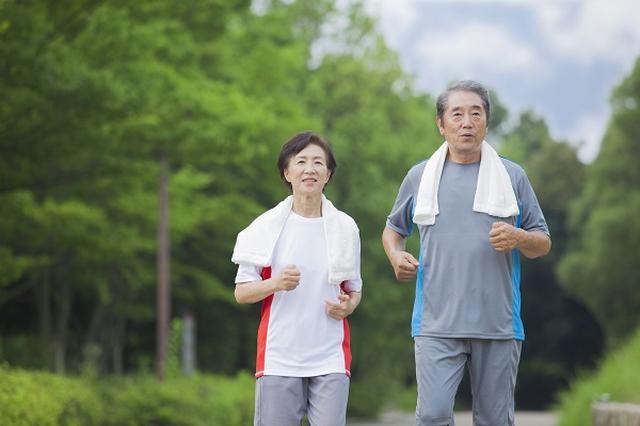 画像1: 内閣府が「高齢者」の定義を70歳以上に引き上げるよう提案すると分かり、注目が集まっている。 「高齢者」の定義引き上げを提案へ 日本経済新聞は20日、内閣府が「高齢者の定義」を70歳以上に引き上げることなどを提案する報告書をまとめ、近く公表すると報じた。 高齢者の定義を「70歳以上」に引き上げ、定年延長や所得に応じた負担増などを想定。働く人を増やして、生産年齢人口を維持できる仕組みなどを構築するという。 現在は「65歳」から高齢者 現在、内閣府は高齢者を「65歳以上」と定義している。高齢者人口は年々上昇しており、2015年10月1日時点で3392万人、日本の総人口の26.7%が高齢者。 2060年には高齢化率が39.9%になり、労働の [...] irorio.jp