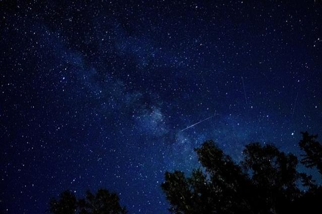 画像1: 運が良ければ、年内に「流れ星」を見ることができるかもしれない。 年末までに極大を迎える「流星群」が 2016年は3月9日の「皆既日食」や5月の「火星と地球の接近」、11月には68年ぶりの近さとなる満月「スーパームーン」など、さまざまな天体現象が世間を賑わした。 今年も残すところ後わずかだが、これから年末までにピークを迎える流星群があるのをご存じだろうか?。 12月22日「こぐま座流星群」がピーク 12月22日~23日頃に活動が活発になるのは「こぐま座流星群」。 北極点を含む「こぐま座」を放射点とした流星群で、太陽の周りを約14年周期で公転するタットル彗星が母彗星。流れ星の数はそう多くなく、「見れたらラッキー」という程度だとか。 極大 [...] irorio.jp
