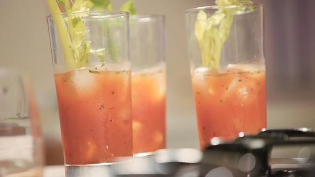 画像: 塩味が嬉しいカクテル、エビを使ったブラッディマリー。 【キッチン・ラボ】