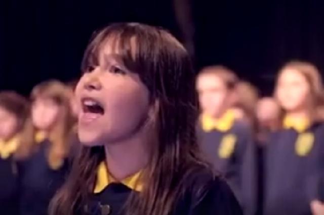 画像1: Facebookに投稿された10歳の少女の歌声が世界中で話題になっています。 L・コーエンの名曲「ハレルヤ」 北アイルランドの特別支援学校Killard House Schoolがクリスマスコンサートで披露したこの合唱。 レナード・コーエンの名曲『Hallelujah(ハレルヤ)』です。 リードシンガーを務めているのはケイリー・ロジャースちゃんです。 彼女には自閉症とADHDの症状があり、読み書きや算数の勉強に遅れが出てしまうといいます。 「歌うのが大好き」 同校の教師によると、ケイリーちゃんは普段はとてもおとなしいのだそう。 しかし、歌を歌いだすと素晴らしい才能を発揮。 その才能をいち早く見抜いた音楽の教師が、ケイリーちゃんの声を [...] irorio.jp