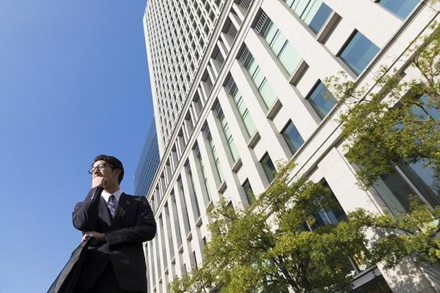 画像1: 政府が正社員の「副業」を後押ししようとしている。 「働き方改革」の一環 政府は「働き方改革」において、「兼業・副業」や「雇用契約にとらわれない働き方」など、柔軟な働き方の促進を目指している。 その中の「兼業・副業の促進」について日本経済新聞が26日、政府が年度内にも厚生労働省のモデル就業規則の副業に関する規定を「原則禁止」から「原則容認」に転換すると報じた。 さらに来年度以降には、社会保険料の在り方などを示したガイドライン作成や人事育成の在り方改革などを行う方針だという。 モデル就業規則「許可なく従事しないこと」 現在、副業を規制する法的ルールはないが、厚労省の「モデル就業規則」の遵守事項(第11条)にこんな条項が。 許可なく他の会 [...] irorio.jp