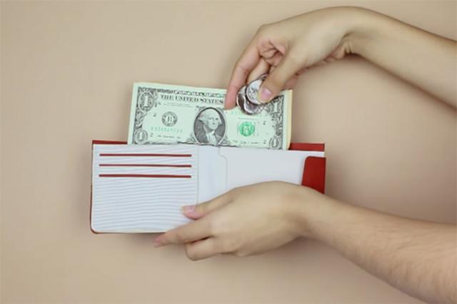 画像1: レジで小銭とお札のお釣りを受け取り、財布に入れようとして落としてしまい、慌ててお金を拾い集めたという経験はないだろうか。 そんな嘆かわしい事態を防いでくれる、ユニークな財布が開発され話題となっている。 お札入れの中に小銭を入れてもOK その財布の名前は「Kin wallet」。考え出したのはシンガポール出身の3人の女性デザイナー、Ai LingさんとLi Xueさん、Cherylさんたちだ。 彼女らによれば、その財布はお釣りをもらった後、小銭をお札入れの中に一緒に入れても問題ないという。 しかもその後、財布を逆さまにしてもお札や小銭すら落ちてこない。 さらに小銭の入ったポケットをみると、あら不思議、さきほどお札入れに入れた小銭が収ま [...] irorio.jp