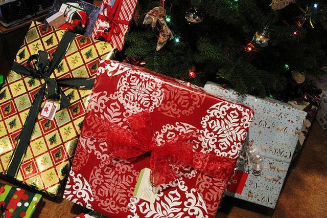 画像1: 少女が風船で飛ばしたサンタへのお願いに、1,200km離れた見ず知らずの他人が応えるという心温まる出来事が米国であった。 紫の風船に結びつけた手紙 米国ルイジアナ州・ラファイエット市に住む6才の少女キアニ・ペイジちゃんは、先月、サンタさんに直接願いを届けるために手紙を書いた。 その内容は、クリスマスプレゼントの欲しいものリスト。キアニちゃんはタブレットパソコンと、光る運動靴と、タートルネックのセーターをねだった。 彼女は手紙を紫の風船に括りつけ、10才の姉と一緒に空に飛ばした。 その様子を見ていた母親のシーナ・ペイジさんは、「私はすぐに地面に落ちてしまうと思っていたんです」と、後日、ローカルメディアの取材に答えている。 1,200k [...] irorio.jp