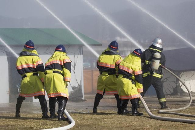 画像1: 日本各地の自治体が「消防団員」獲得にあの手この手で取り組んでいる。 月1万円、返済不要の奨学金を支給へ 岐阜県大垣市は5日、今年4月から学生の消防団員に月額1万円の給付型奨学金を支給すると発表した。 市内在住で市内の大学等に通う学生を対象に、活動状況を確認したうえで3ヵ月ごとに奨学金を支払う。2年以上活動することが条件で、奨学金の他に通常の団員報酬(年3万7500円)と出動手当(1回1100円)も支給。 全国初の取り組みとなる。 消防団員の確保を目指す 学生消防団員への奨学金支給を決めたのは、昼間に動ける消防団員を集めるためだ。 大垣市では消防団の条例定数750人に対して、実際の団員数は2015年4月時点で691人。その多くが公務員 [...] irorio.jp