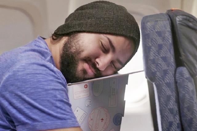 画像1: 長期休暇に旅行に行く方もいらっしゃるでしょう。 海外旅行は楽しみですが、長時間飛行機に乗るのが苦痛という声はよく聞きます。 特に座席は睡眠に快適なスペースとは言えません。飛行機の中で眠れないのはつらいですよね。 テーブルに置いて使う「枕」 飛行機の座席でいかに快適に眠るか。そのために様々なアイディアグッズが出ています。 ネックピローなどもありますが、なかなか寝づらいという人には、こんな「突っ伏す」タイプのグッズはいかがでしょうか。 現在、KIKCSTARTERで資金を募っているパワーシエスタは、座席の前のテーブルに置いて使う睡眠グッズです。 板状になっているこの商品を開いて組み立てるだけ。 それを机の上に置き、商品を抱えるようにして [...] irorio.jp