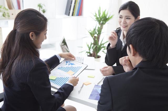 画像1: 政府が現在は原則切り離されている「インターン」と「採用」を結びつける案を検討しており、注目が集まっている。 約7割の企業がインターンを実施 近年、学生が企業で職場体験をする「インターンシップ制度(インターン)」を行う企業が増えている。 経団連の調査によると、2015年は約7割の企業がインターンを実施。 インターンを受け入れた企業の約5割が受け入れ人数を前年より増やした。 インターンで得た情報は採用に使えない 日本におけるインターシップの考え方は「学生が在学中に自らの専攻、将来のキャリアに関連した就業体験を行うこと」とされており、あくまで教育の一環。 そのため、インターンと称して就職・採用活動解禁前に採用活動を行うことがないように、経 [...] irorio.jp