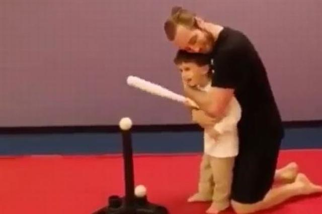 画像1: おもちゃのバットでボールを打つ練習の時に、少年がとった意外な行動が話題となっている。 少年を熱心に指導する父親 動画は少年が棒の上に乗ったボールを打とうとしている場面から始まっている。 少年の後ろには父親と思われる男性がおり、彼を指導。「準備をして、よーい、よし振れ!」と言葉をかけた。 しかし少年はボールにではなく棒にバットを当ててしまう。 「ボールから目を離さないで」 父親はそれでも忍耐強く、「ボールから目を離さないことを忘れないで。よし、もう一度やってみよう」と言って子供を励ます。 少年も今度こそボールに当てようと再挑戦。 父親は背後から繰り返し「ボールから目を離さないで、ボールを見つめて、ボールから目を離さないで」と言い続けた [...] irorio.jp