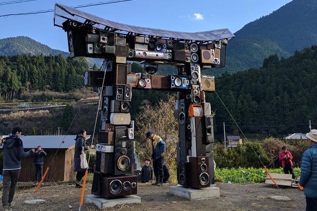 画像1: スピーカーでできた「鳥居」のアート作品が凄いと、Twitterで話題になっています。 スピーカーでできた「鳥居」 この画像を投稿しているのは、Daisuke Motohashi(@tenguyasiki)さん。 すごいものができた。このスピーカーにbluetoothで繋いで好きなサウンドを鳴らすことができる。カラオケ鳥居というそうな。 pic.twitter.com/ZauyCfmFO2 — Daisuke Motohashi (@tenguyasiki) 2017年1月11日 これは、とあるアーティストが制作したスピーカーでできた「鳥居」の作品なんだとか。 Motohashiさんによると、徳島県の神山町にある『神山バレー・サテライ [...] irorio.jp