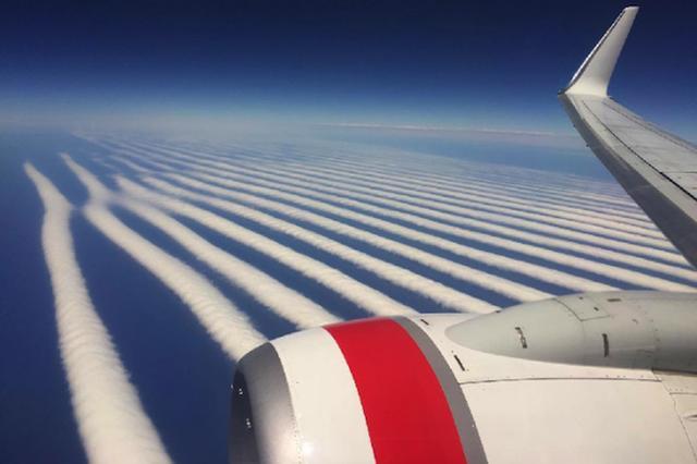 画像1: ヴァージン航空オーストラリアは、今月9日、旅客機内から撮影されたストライプ状の雲の写真をFacebookで公開した。めったに見られない眺めだ。 パースからアデレードへのフライト中に 写真を撮影したのは、オーストラリア・パースからアデレードへ向かうヴァージン航空機に乗っていた乗客だ。撮影者はtheonlyilyaという名前でインスタグラムにも写真を投稿しており、この雲は「グレートオーストラリア湾の上空あたりで現れた」とコメントしている。 また、同じ写真が掲載されているヴァージン航空オーストラリアのFacebookページには、「こんなにきれいな雲の上を飛んだことはない!」とコメントされている。 なぜこんな雲が? 西オーストラリア気象局に [...] irorio.jp